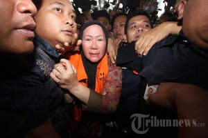 20131220_182815_gubernur-banten-ratu-atut-chosiyah-ditahan-kpk